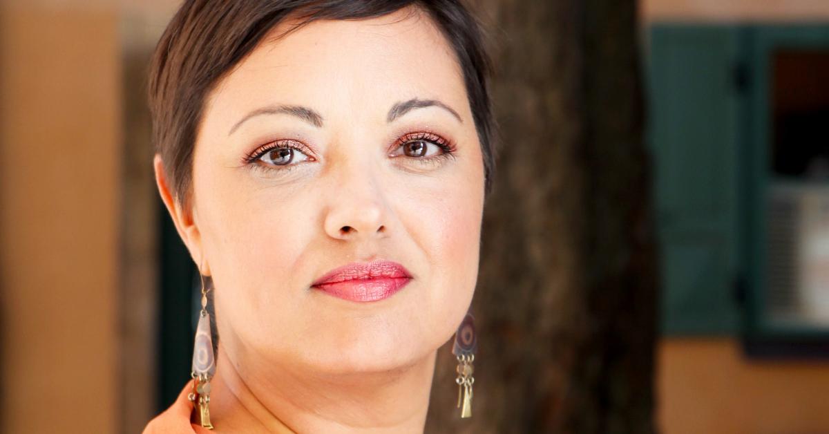 Tina Sayed Nestius på Nestius kommunikation, är konsult och sociala medier expert. Hon tittar mot kameran i ett orange ljus