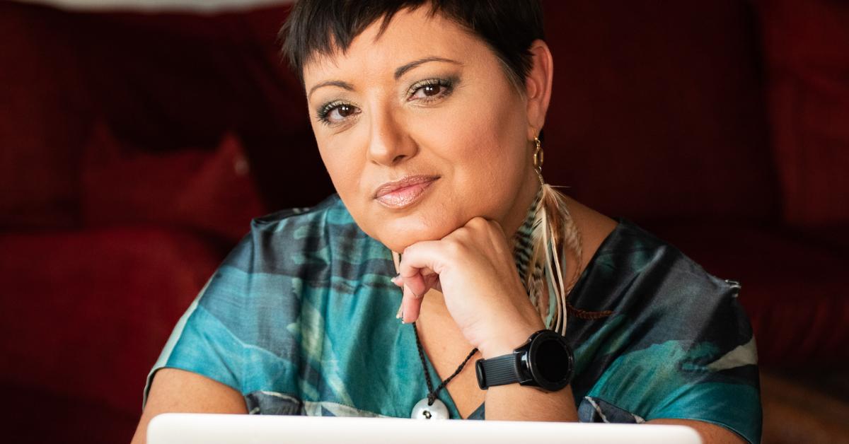 Tina Sayed Nestius ler mot kameran, föreläser om sociala medier