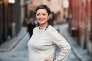 Tina Sayed Nestius på Nestius kommunikation poserar på en gata i Gamla Stan, Stockholm