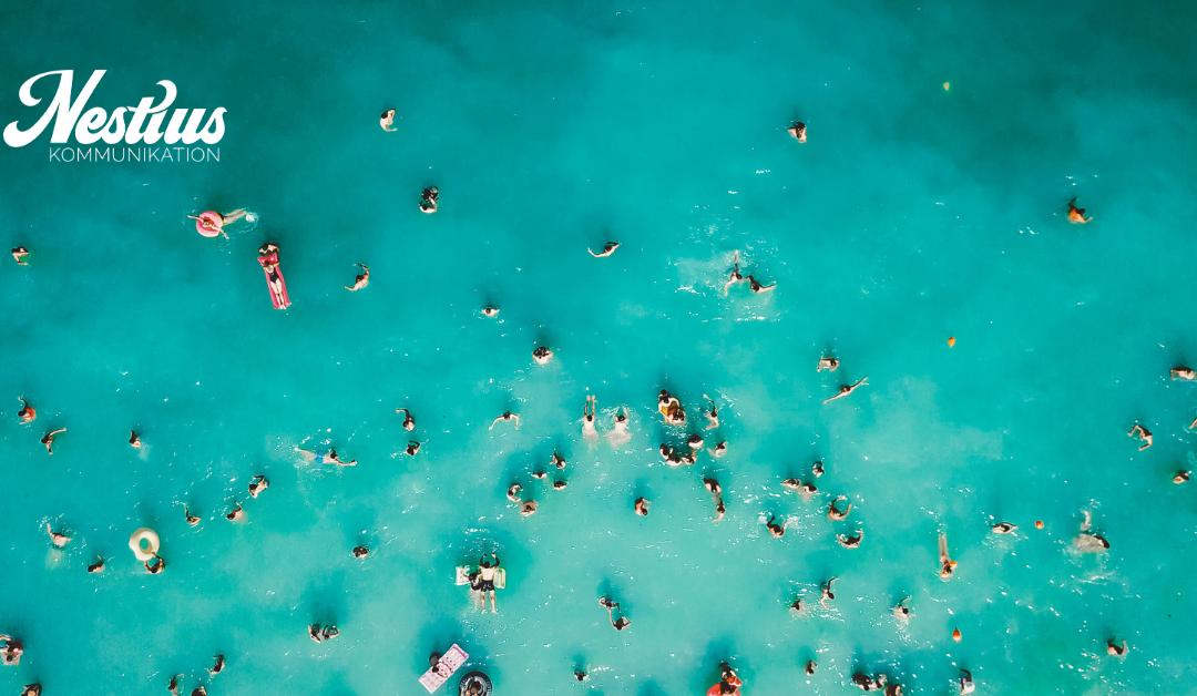 många olika människor utspridda i ett azurblått hav kan symbolisera de som jagar fler följare på Instagram och övriga sociala medier.