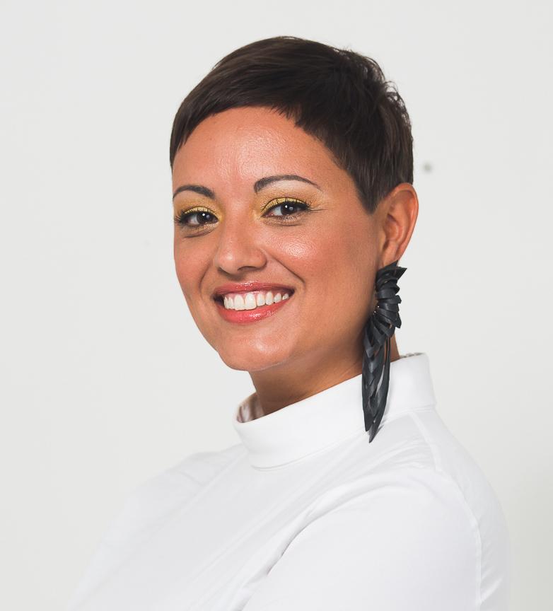 Tina Sayed Nestius i vit blus och långt svart örhänge håller kurser i sociala medier och kommunikation